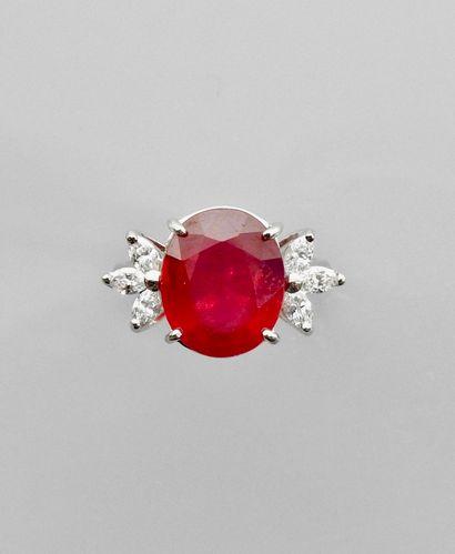 """Bague """" Fleur """" en or gris, 750 MM, ornée d'un rubis ovale traité pesant 7,80 carats..."""