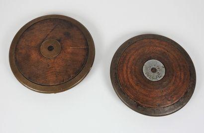 Athlétisme. 2 disques bois et métal pour...