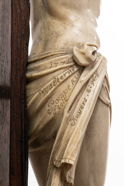 Walter POMPE (1703-1777) Anvers, 1771  Christ en croix  Ivoire  Signé « 1771 Walterus...