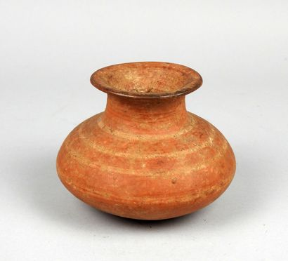 Vase tronconique à décor de bandeaux rouges...
