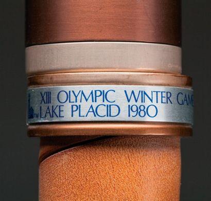Torche officielle: XIIe Olympic Winter Games sur la bague centrale. Poignée cuir...