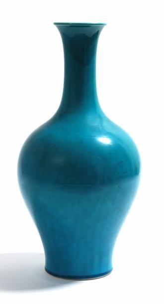 Époque Qing Grand vase En porcelaine à couverte turquoise Trace de marque au revers...