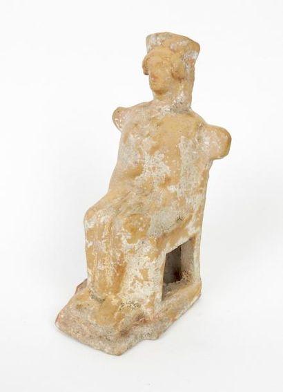 Statuette ex voto assise sur un trône aux...