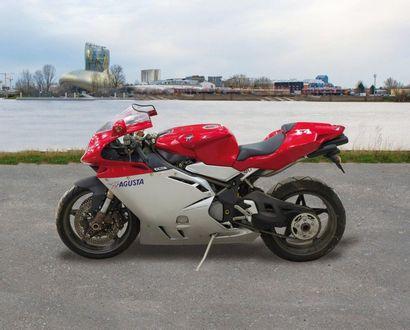 Une Motocyclette solo 2 places de marque...