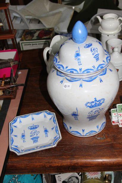 Potiche en porcelaine décor bleu blanc héraldique...