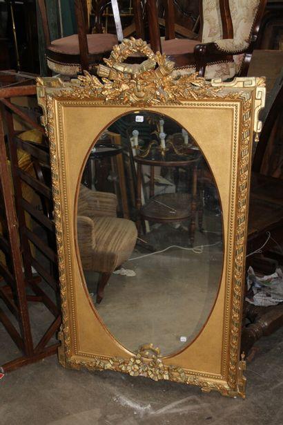 Miroir ovale dans un cadre rectangulaire...