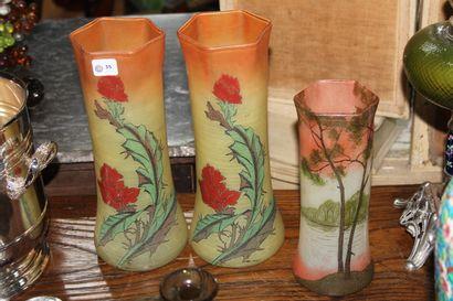 Paire de vases en verre peint à décor émaillé de fleurs dans le goût de Legras....