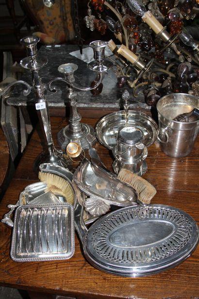Ensemble de métal argenté comprenant : 1...