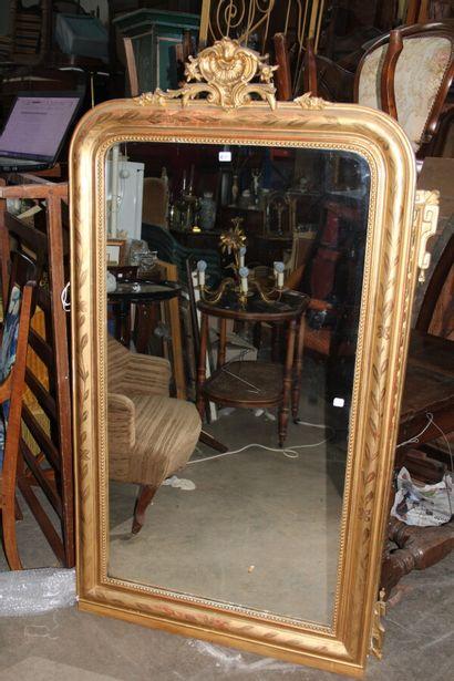 Miroir, cadre en bois et stuc doré à décor...