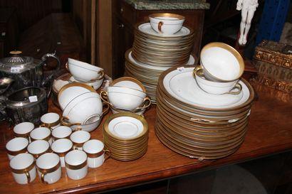LIMOGES France.  Partie de service en porcelaine...