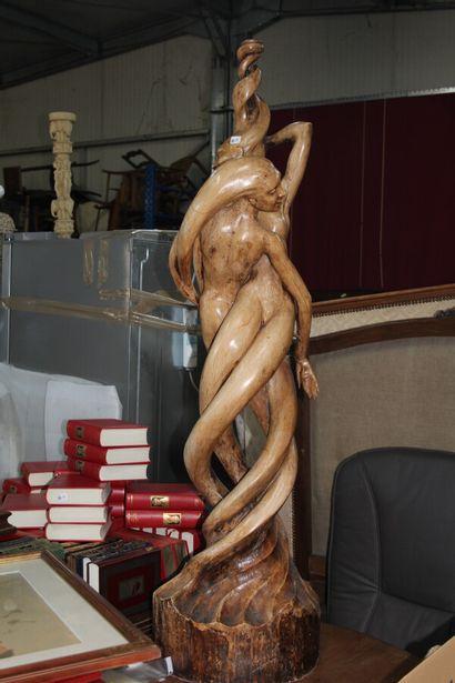 Grande sculpture en bois blanc sculpté.  Nymphes...