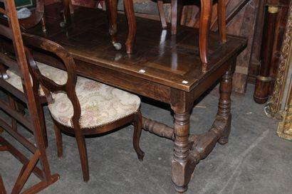 Table rustique en chêne, piètement mouluré...