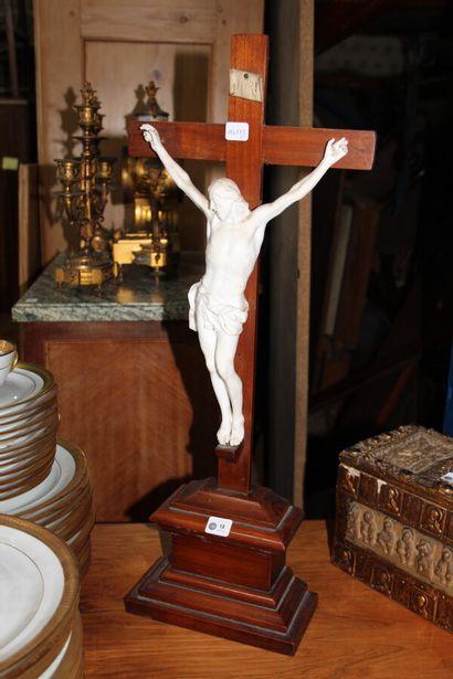 Crucifix en bois teinté et biscuit.  Fin...