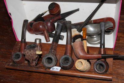 Collection de pipes anciennes, dont pipe en bois sculpté à décor de taureaux (Manque...
