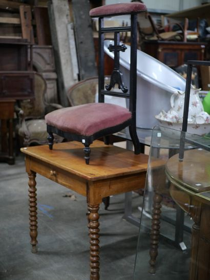 Chaise prie-dieu en bois noirci  Garniture...