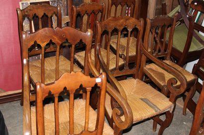 Suite de sept chaises en noyer, dossier barrettes,...