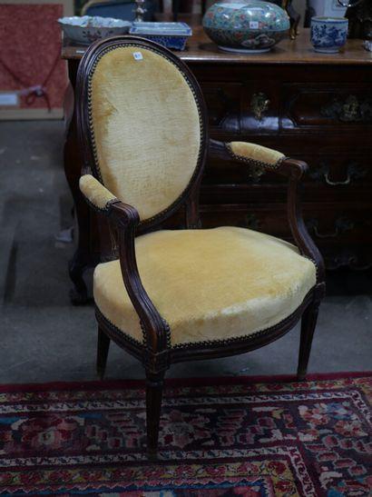 Paire de fauteuils en noyer mouluré et sculpté,...