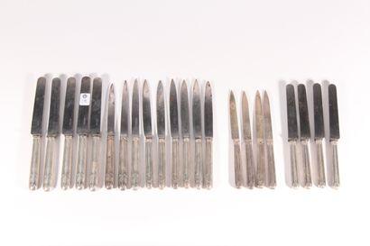 Sept grands et sept petits couteaux manches...