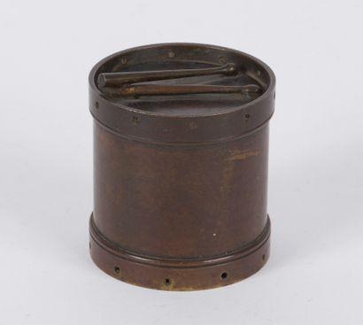 Boîte en bronze figurant un tambour, le couvercle...