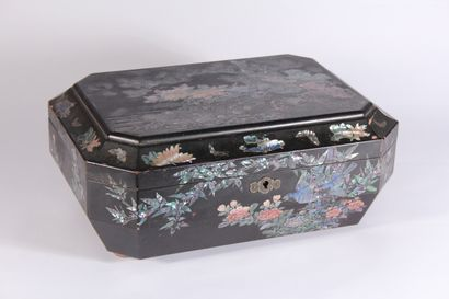 Boîte à couture en bois laqué et incrustations...