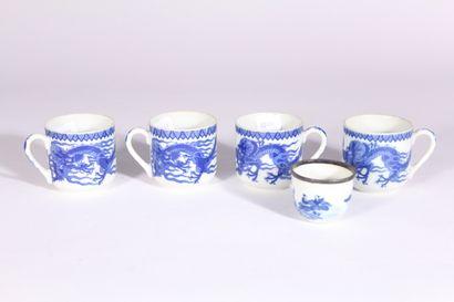 Ensemble comprenant quatre tasses en porcelaine...