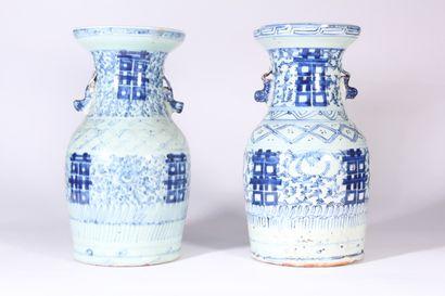 Deux vases de forme balustre en porcelaine...
