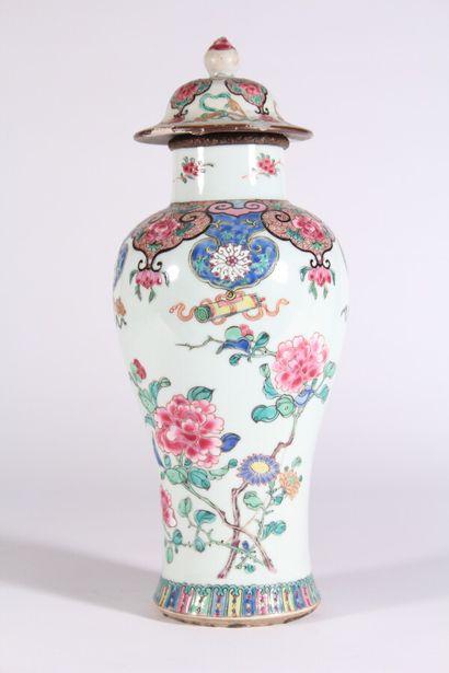 Potiche en porcelaine à décor polychrome...