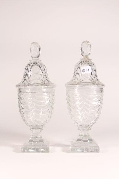 Paire de vases couverts en forme d'urnes...