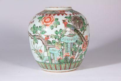 Coupe sur talon en porcelaine à décor polychrome...