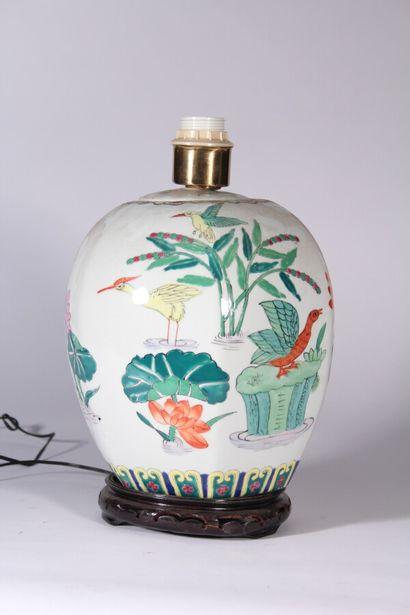 Pied de lampe en porcelaine à décor polychrome...