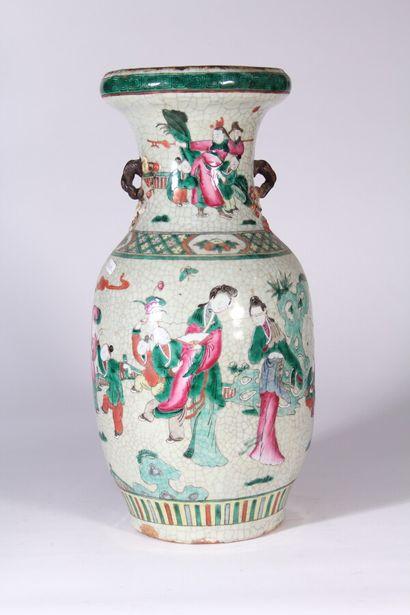 Vase en grès émaillé de Nankin à décor polychrome...
