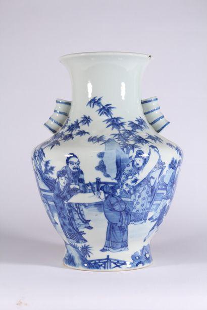 Vase en porcelaine bleu blanc à décor de...