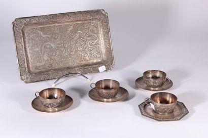 Plateau en métal argenté à décor ciselé de...