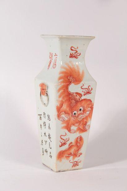 Vase en porcelaine de section carrée, décor...