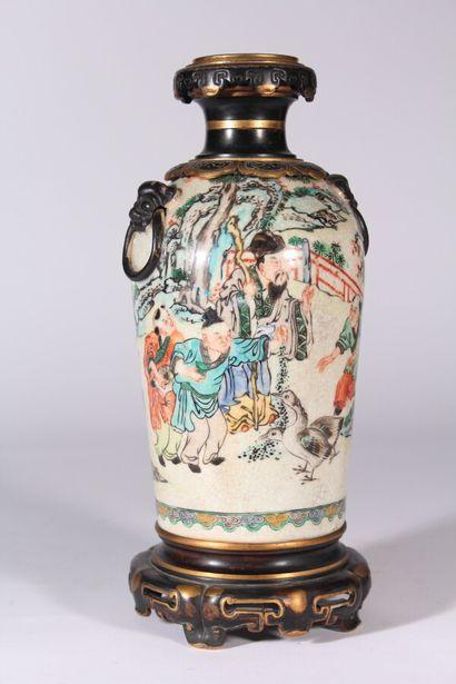 Vase en céramique émaillé d'une scène animée...
