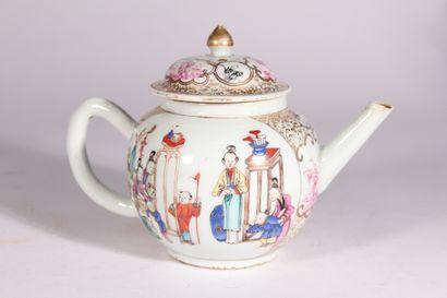 Théière en porcelaine à décor polychrome...
