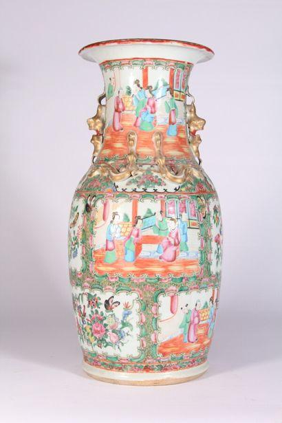 Vase en porcelaine de Canton de forme balustre...