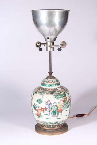 Pot couvert en porcelaine à décor polychrome...