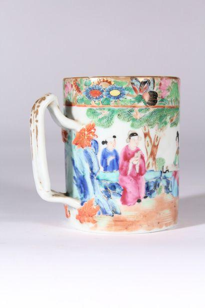 Chope en porcelaine de Canton à décor polychrome...