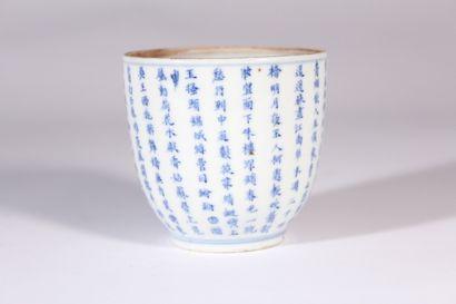 Tasse en porcelaine bleu blanc à décor d'inscriptions...