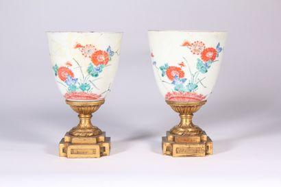 Paire de coupes en porcelaine à décor polychrome...