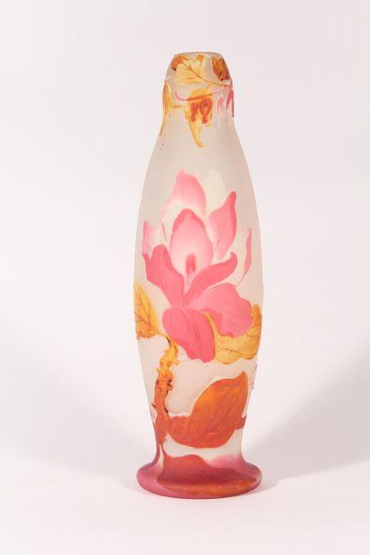 MULLER FRÈRES  Vase soliflore en verre multicouche...