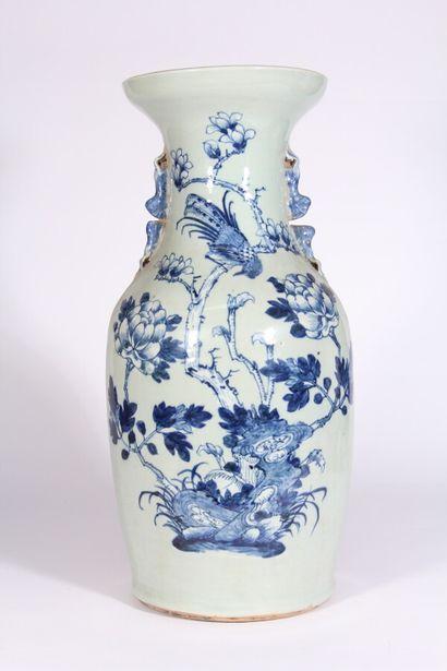 Vase en porcelaine bleu blanc de forme balustre...