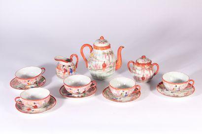 Service à thé en porcelaine à décor polychrome...