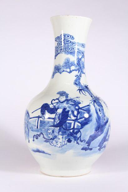 Vase en porcelaine bleu blanc de forme pansue...