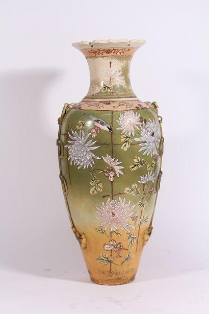Important vase en faïence à décor polychrome...
