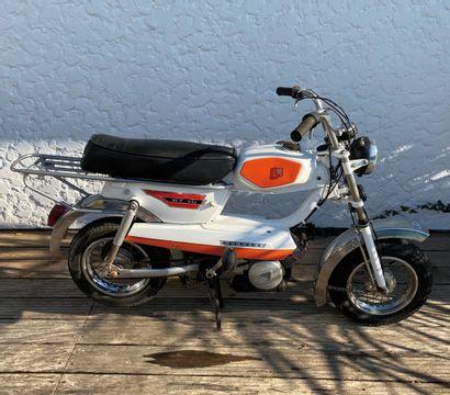 PEUGEOT type GT 10 cyclomoteur CL blanc, orange et chromes, 1 place du 17/12/1974...