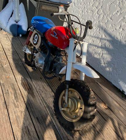 HONDA Monkey type Z50JZ des années 70 blanc et rouge, mono 4 temps 50cc. 3 vitesses...
