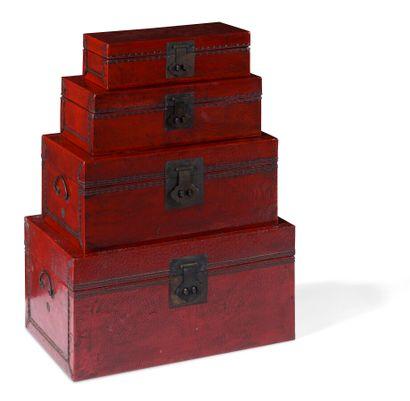 Suite de quatre coffres en bois laqué rouge...