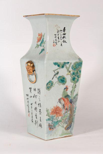 Vase en porcelaine à section carrée à décor...